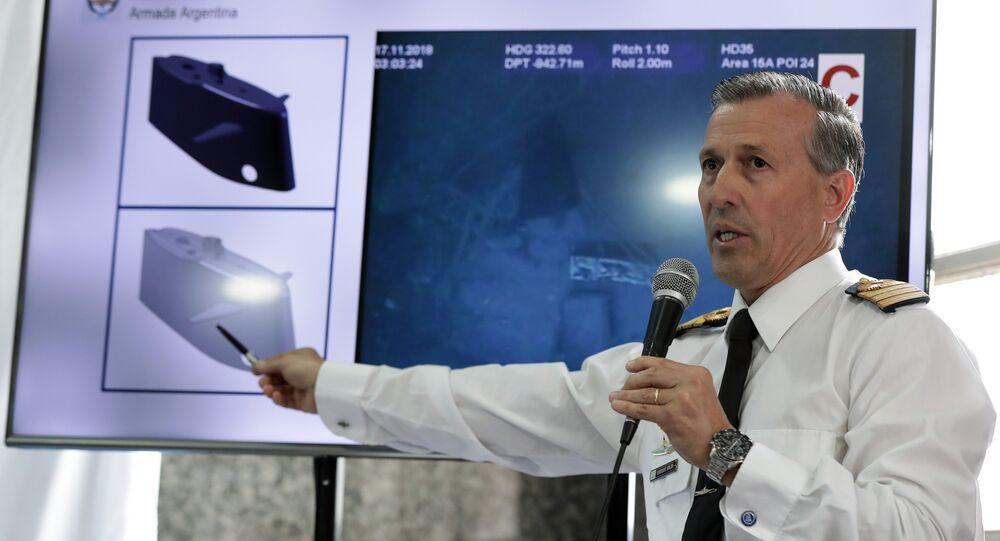 O porta-voz da Marinha argentina, Enrique Balbi, mostrando as imagens dos restos do submarino ARA San Juan