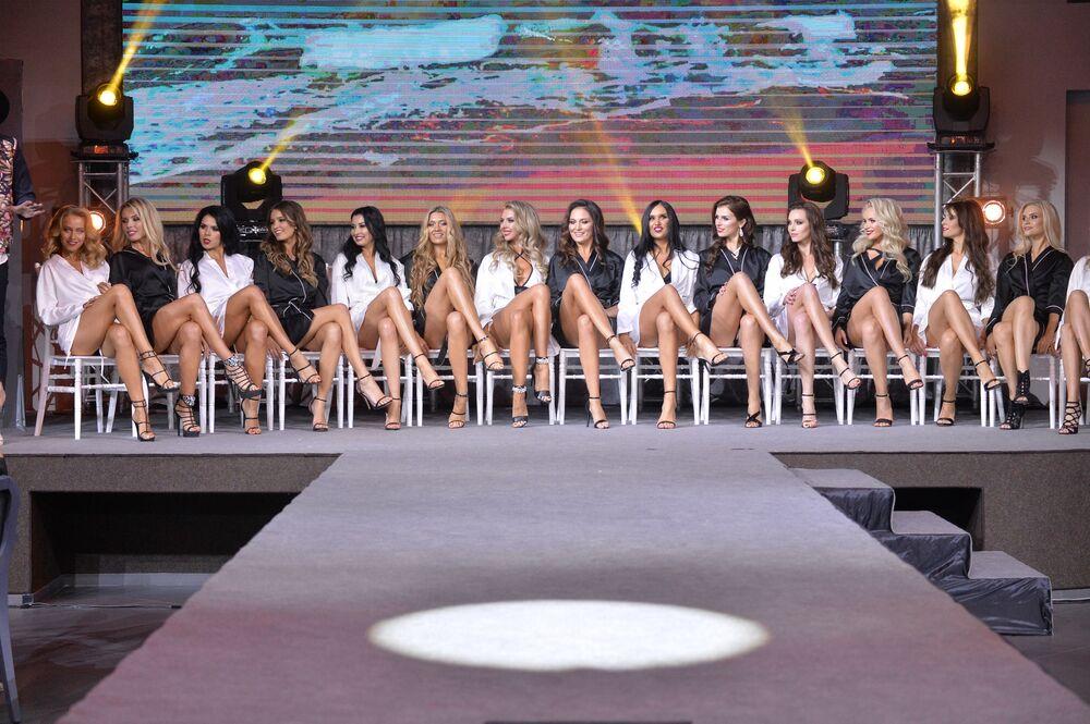 Entre as participantes tinham tanto mulheres bielorrussas comuns, como famosas do mundo da moda e âncora de TV.