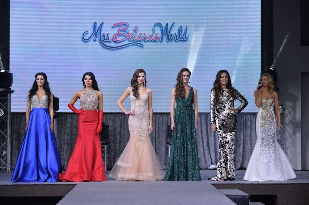 Além de desfiles, as mulheres fizeram também uma competição intelectual , na qual apenas 6 candidatas foram selecionadas.