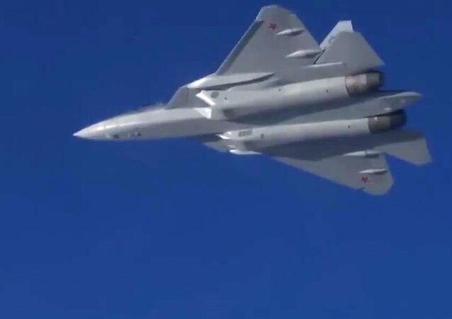 Novo caça Su-57 voando na Síria
