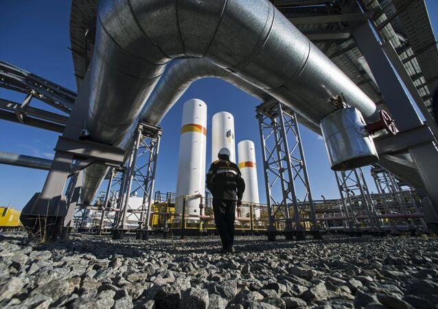 Trabalhador da RN-Purneftegaz, uma empresa filhiada da Rosneft, na estação de compressão de gás Kharampur, na península russa de Yamal (foto referencial)