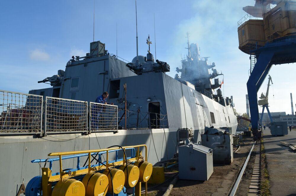 Fragata do projeto 22350, Admiral Kasatonov, em estaleiro na cidade de São Petersburgo