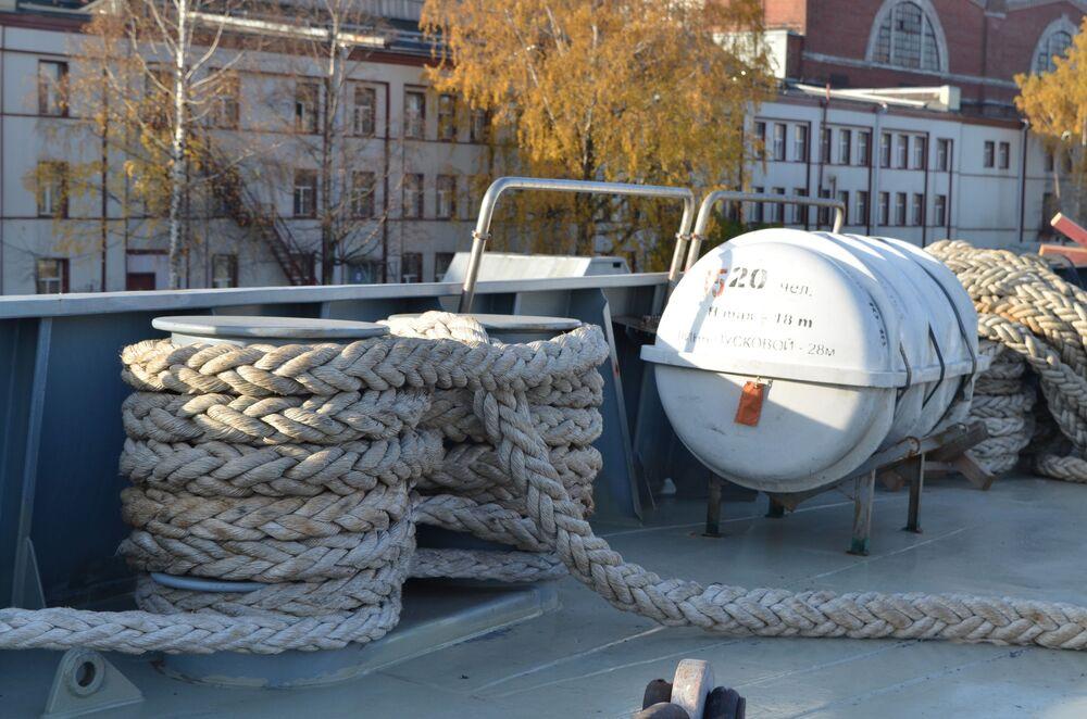 Convés da fragata do projeto 22350, Admiral Kasatonov, em estaleiro na cidade de São Petersburgo