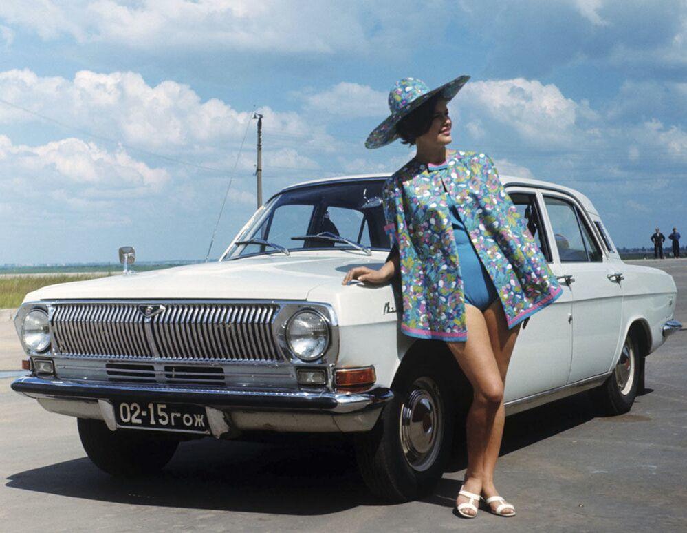 Publicidade do carro soviético GAZ-24 Volga