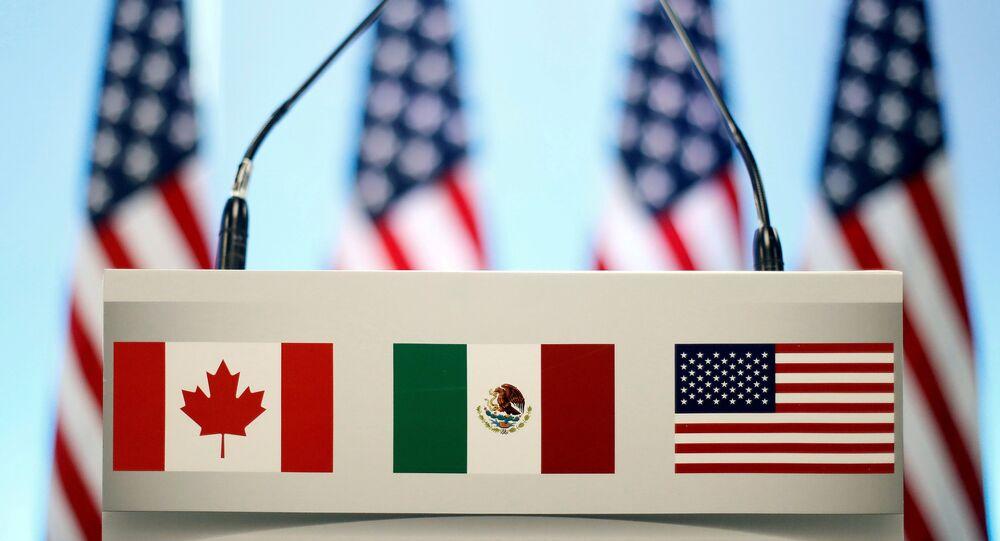 Bandeiras dos países-membos do NAFTA - EUA, México, Canadá (foto de arquivo)