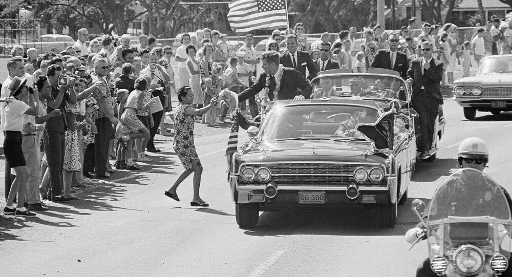 35° presidente dos EUA, John F. Kennedy, durante carreata na cidade norte-americana de Honolulu, em 9 de junho de 1963
