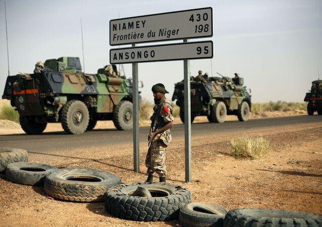 Veículos militares franceses se dirigindo rumo à fronteira do Níger (foto de arquivo)