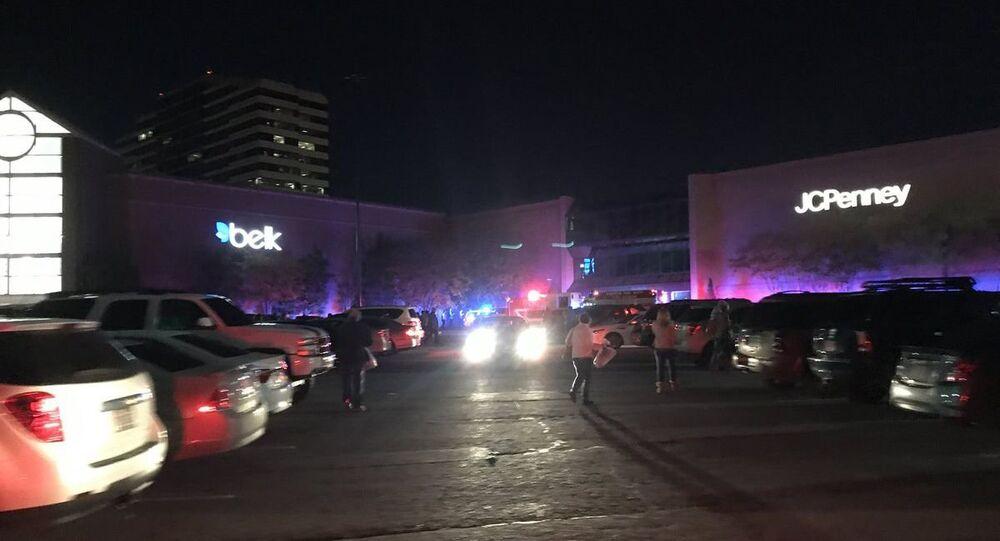 Polícia no estacionamento do shopping do estado norte-americano do Alabama durante tiroteio
