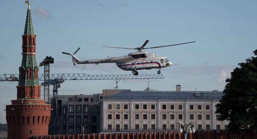 Helicóptero Mi-8 sobrevoando Kremlin