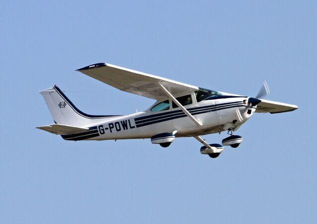 Monomotor Cessna 182 Skylane no céu