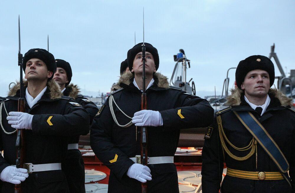 Grupo de marinheiros no convés do navio de mísseis Marshal Ustinov da Frota do Norte russa