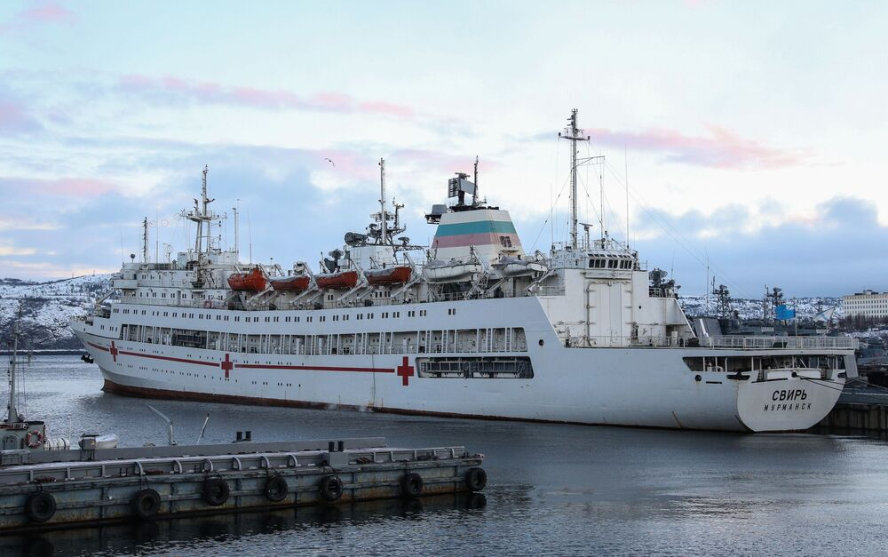 Navio de assistência hospitalar Svir da Frota do Norte russa no cais em Severomorsk