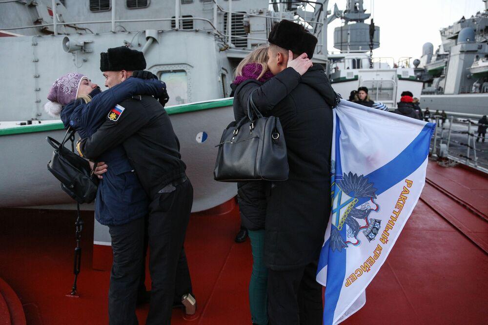 Tripulantes do cruzador de mísseis Marshal Ustinov são recebidos no cais da Frota do Norte em Severomorsk