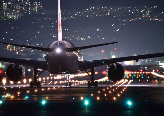 Avião na pista de pouso à noite (imagem ilustrativa)