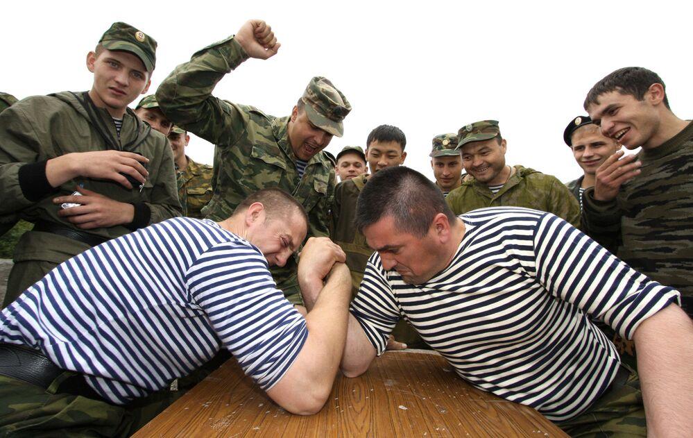 Fuzileiros navais russos durante competições de queda de braço