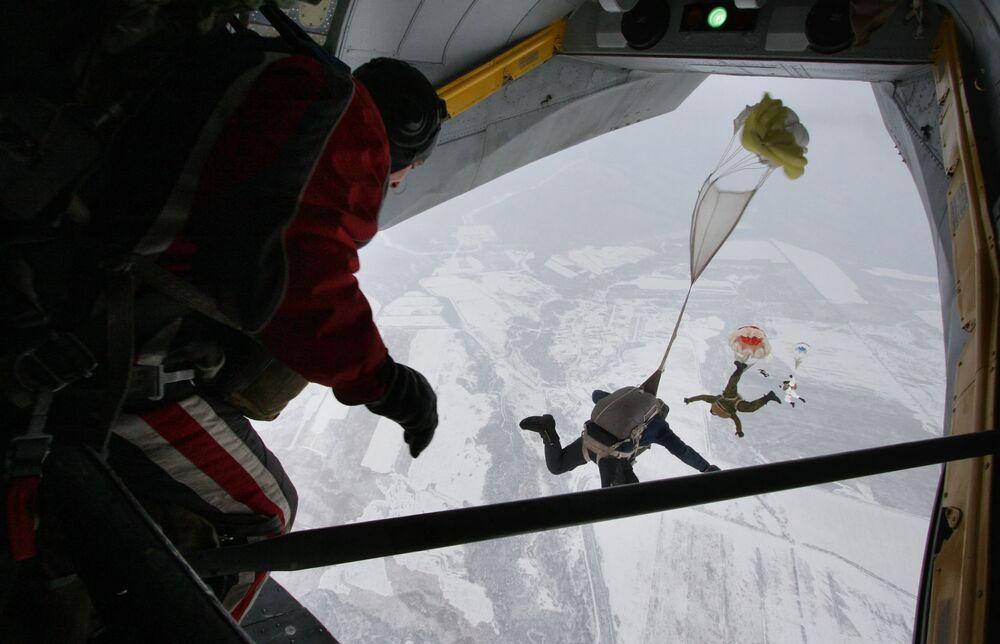 Paraquedistas da força de infantaria naval da Frota do Pacífico saltando de um avião An-26