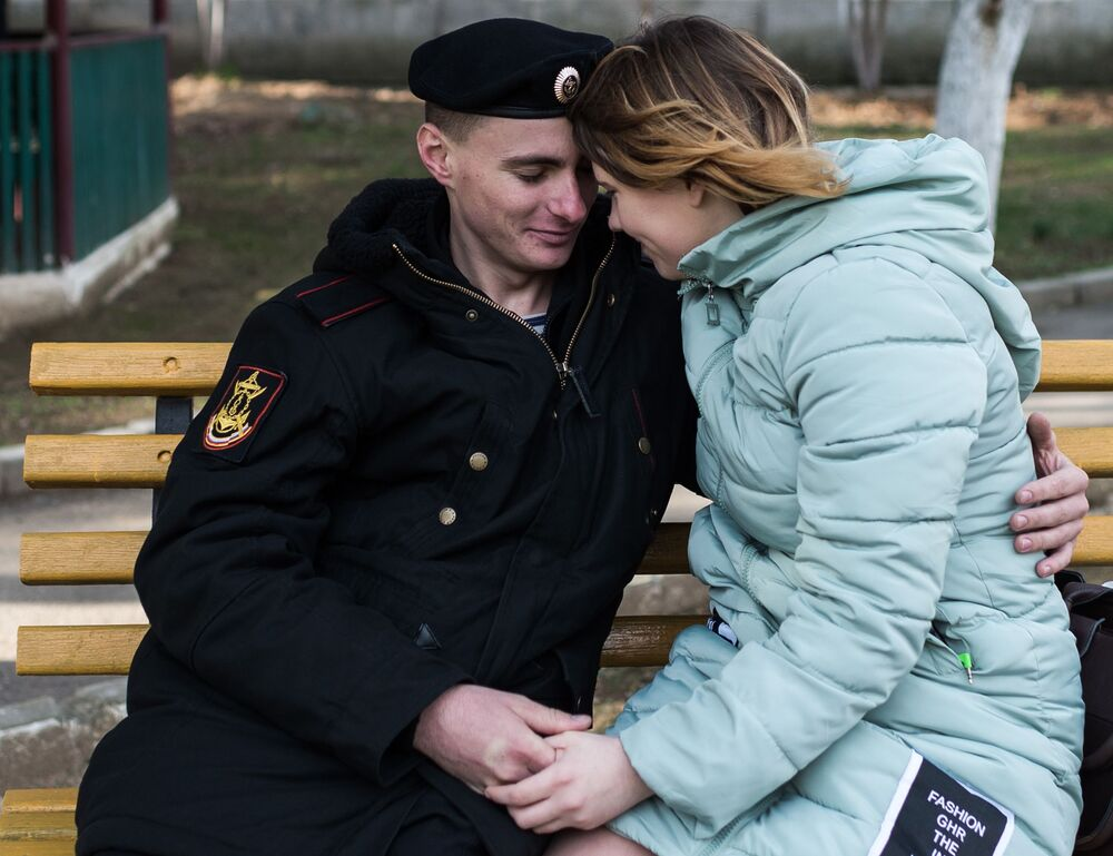 Fuzileiro naval com namorada durante as comemorações solenes do 50º aniversário da brigada independente de infantaria naval da Frota do Mar Negro