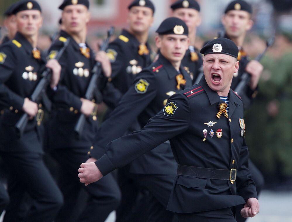 Desfile solene dos fuzileiros navais das Forças Armadas da Rússia, na Praça Vermelha, no âmbito da parada militar em homenagem ao 66º aniversário da Vitória