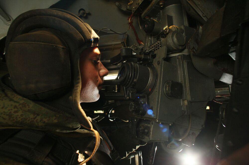Apontador de veículo de transporte blindado no decorrer dos treinamentos de uma força de fuzileiros
