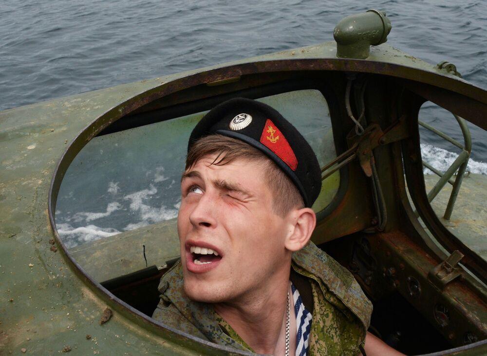 Mecânico-motorista de veículo de transporte anfíbio durante treinamentos de tripulações de veículos dos fuzileiros navais russos