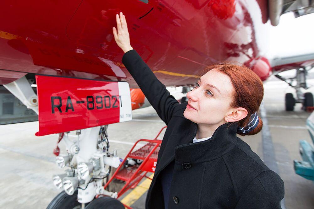Copilota da aeronave Sukhoi Superjet 100, Daria Sinichkina, da companhia aérea russa  Red Wings