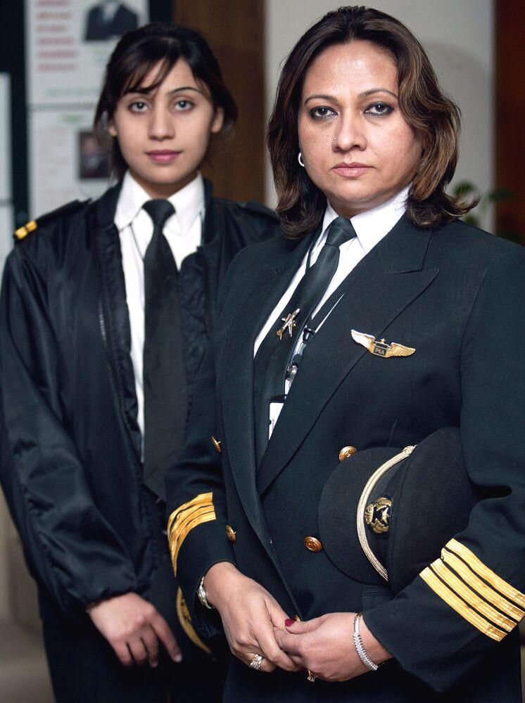 Pilota paquistanesa Ayesha Rabia Naveed (à direita) e a copilota Sadia Aziz (à esquerda), 26 de janeiro de 2006