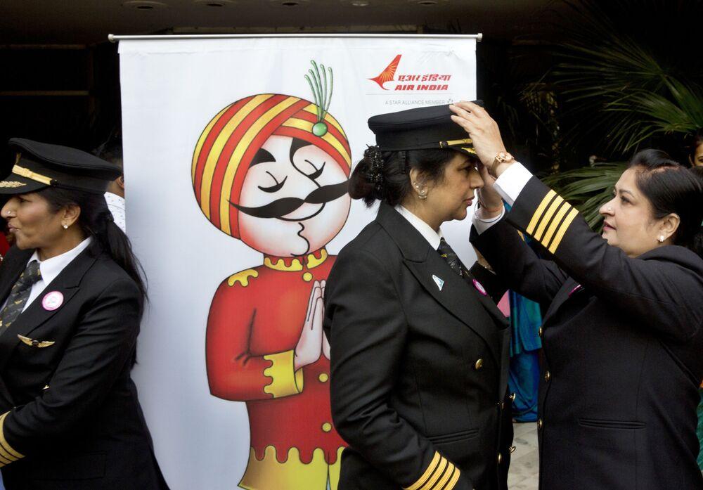 Pilotas da Air India durante cerimônia de comemoração de todas as mulheres da tripulação na véspera do Dia Internacional da Mulher, em Nova Deli, Índia, 7 de março de 2017