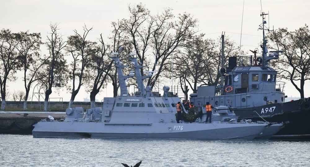 Navios da Marinha ucraniana Nikopol (à esquerda) e Yany Kapu detidos pela guarda de fronteiras da Rússia após terem violado a fronteira, no porto de Kerch.