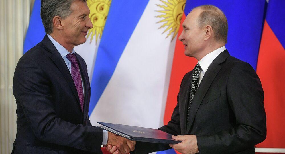 O presidente russo, Vladimir Putin (à direita), e o presidente argentino, Mauricio Macri (à esquerda) se cumprimentam durante cerimônia de assinatura de um documento durante encontro entre ambos em Moscou, Rússia, em 23 de janeiro de 2018.