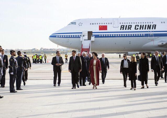 Presidente da China, Xi Jinping, e sua esposa, Peng Liyuan, são recebidos no aeroporto de Madrid, 27 de novembro de 2018