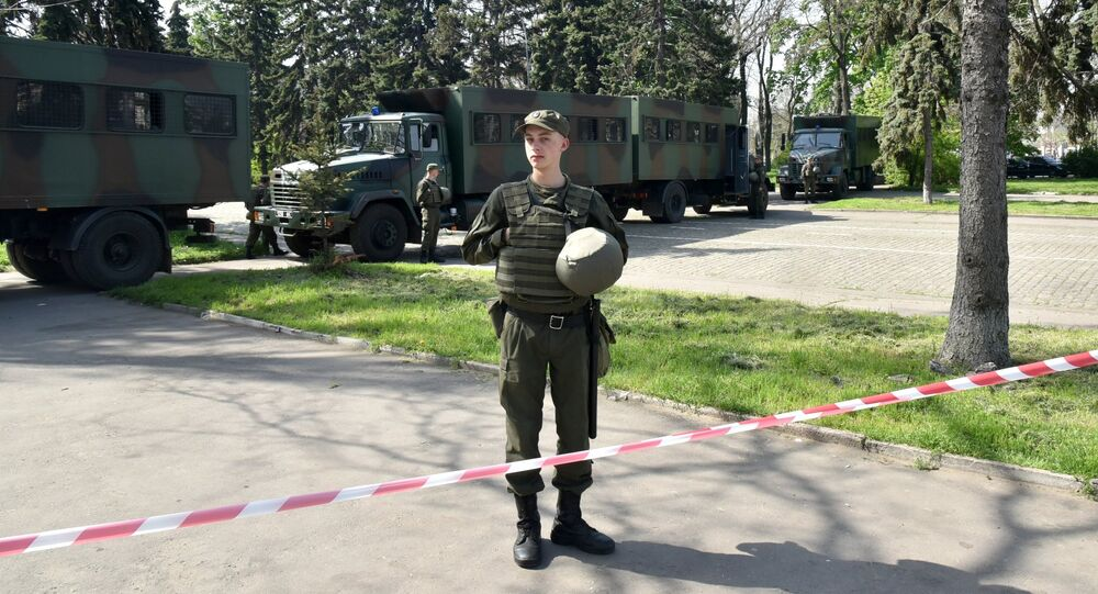 Militar ucraniano perto do material bélico no distrito ucraniano de Odessa