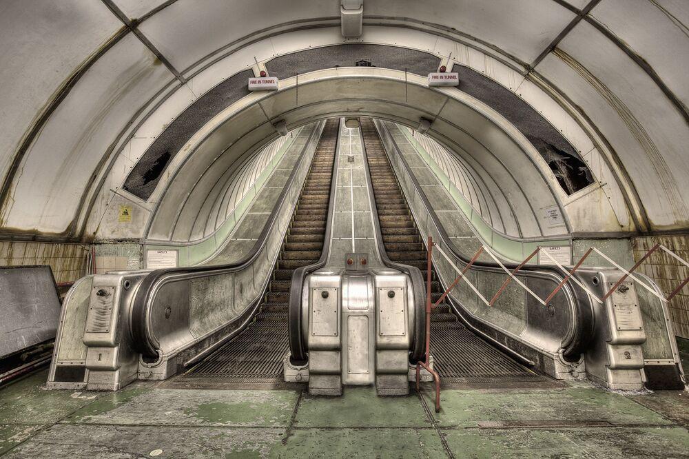 Escada rolante em um túnel para pedestres e ciclistas em Newcastle, Inglaterra