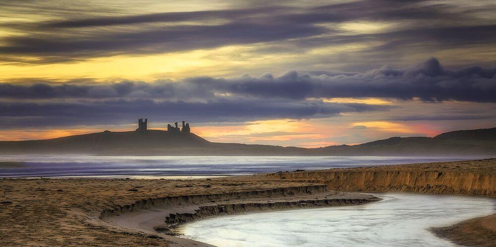 Castelo de Dunstanburgh é o maior castelo da Northumberland no norte da Inglaterra
