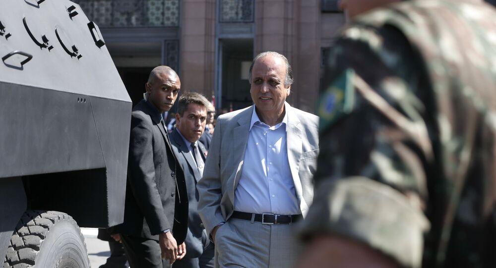 O governador Luiz Fernando Pezão participa da solenidade em que o Exército entregou seis veículos blindados à Secretaria de Estado de Segurança (foto de arquivo)