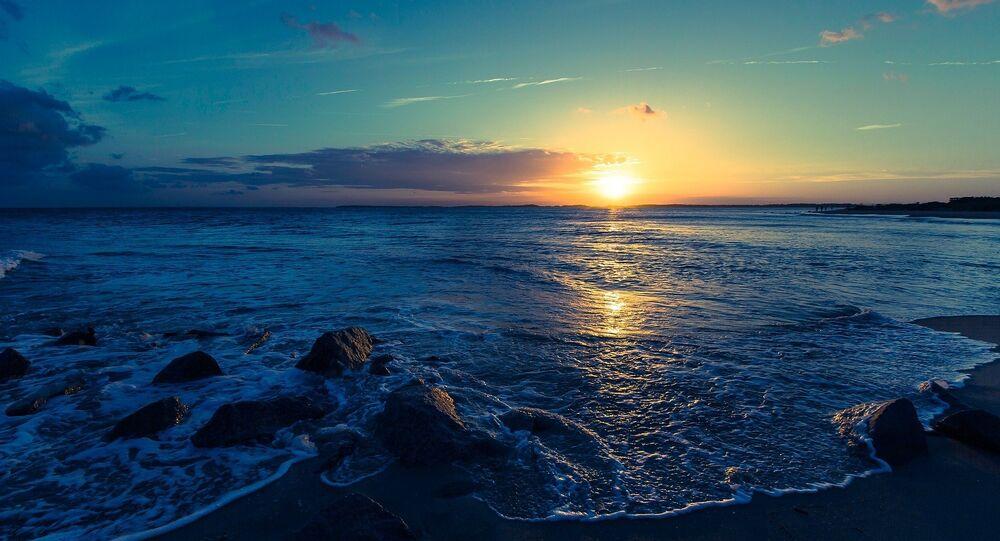 Pôr do sol observado da praia (imagem ilustrativa)