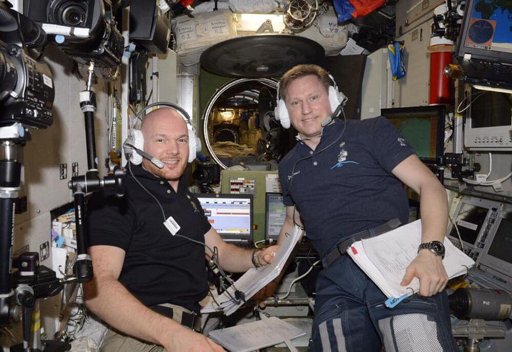 Astronauta alemão Alexander Gerst e cosmonauta russo Sergei Prokofiev controlam o acoplamento da nave espacial russa, Progress MS10, e da estadunidense Cygnus à Estação Espacial Internacional