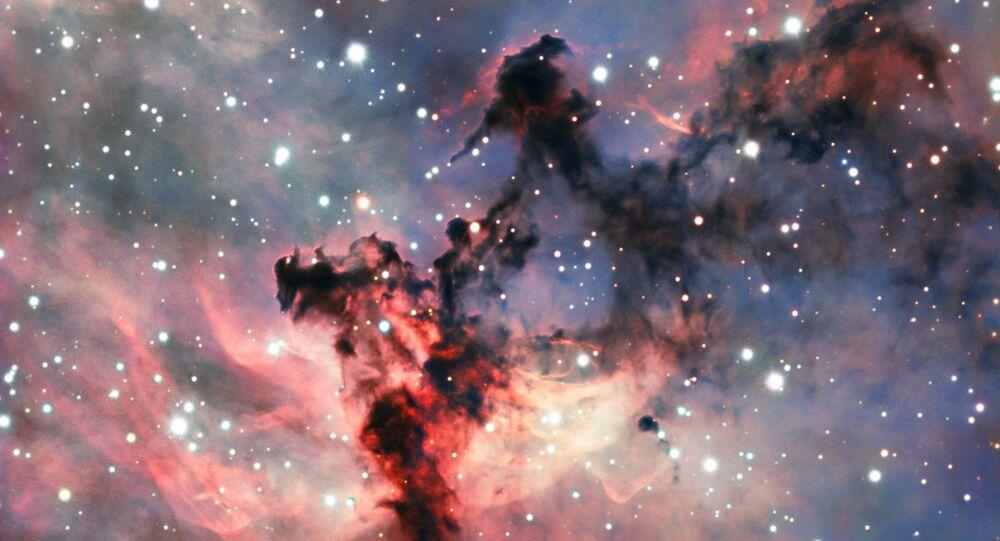 Nebulosa Roseta, localizada na constelação de Monoceros, na Via Láctea, é influenciada por radiação das estrelas jovens, fazendo com que a nebulosa produza emissão, ou seja, fazendo-a brilhar