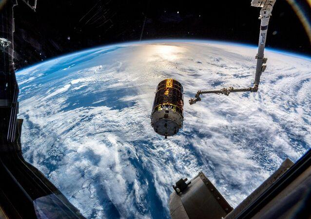 Espaçonave cargueira japonesa H-II Transfer Vehicle, fotografada da EEI pelo astronauta alemão Alexander Gerst