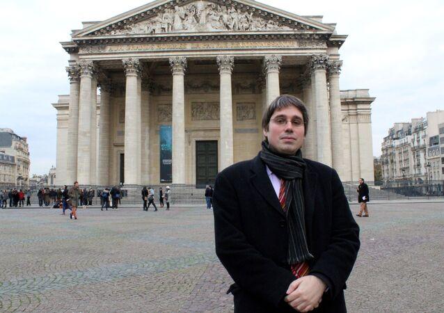 Benoît Quennedey, funcionário do Senado da França em foto de arquivo tirada em frente ao Panteão de Paris