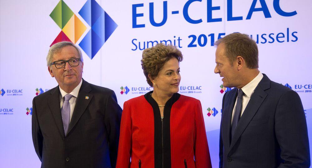 A presidenta do Brasil, Dilma Rousseff, entre o presidente da Comissão Europeia, Jean-Claude Juncker (esquerda), e o presidente do Conselho Europeu, Donald Tusk, durante a cúpula UE-Celac em Bruxelas