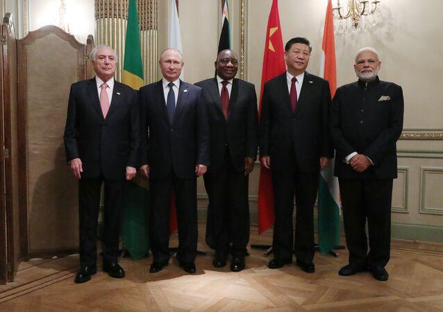 30 de novembro de 2018. O presidente Vladimir Putin durante a fotografia conjunta dos líderes do BRICS à margem da Cúpula do G20 em Buenos Aires. À esquerda: o presidente brasileiro Michel Temer. Da direita para a esquerda: o primeiro-ministro indiano, Narendra Modi, o presidente da China, Xi Jinping, e o presidente da  África do Sul, Cyril Ramaphoz.