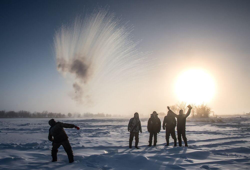 Moradores de uma aldeia a 70 km de Yakutsk (Rússia), onde a temperatura do ar caiu para -41 graus Celsius