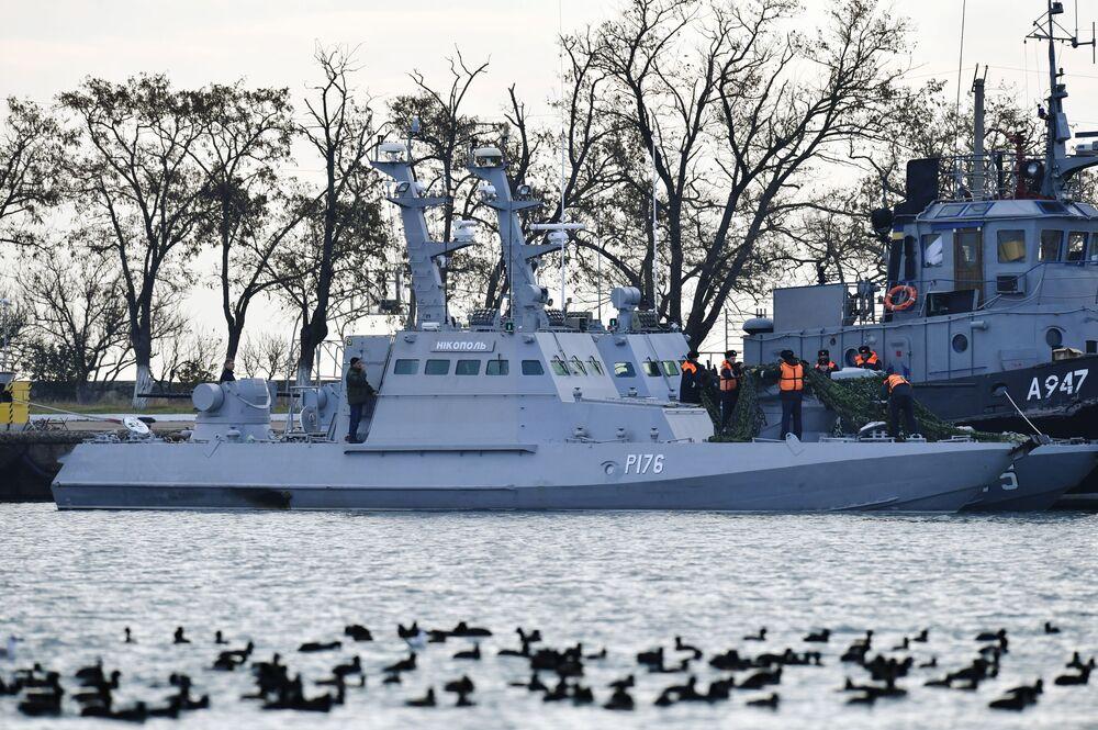 Navios da Marinha ucraniana Nikopol (à esquerda) e Yany Kapu, detidos pela guarda fronteiriça da Rússia após terem violado a fronteira, no porto de Kerch