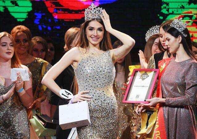 Russa Alina Rudakova, posa para foto durante premiação do concurso de beleza Top Model da Rússia 2018