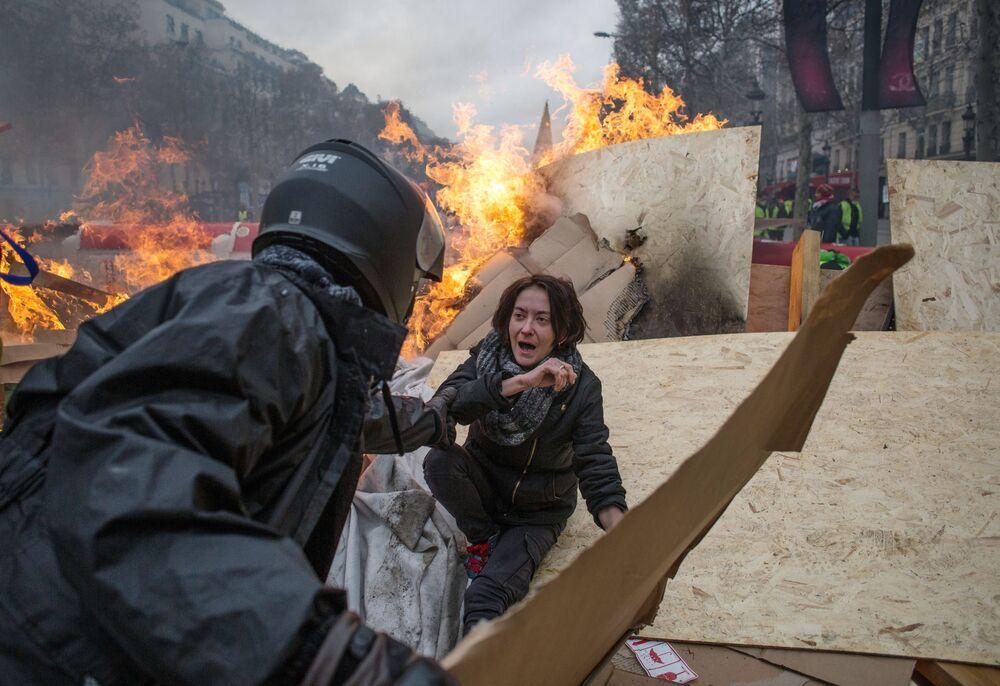 Protesto dos coletes amarelos contra o aumento dos preços da gasolina em Paris, França