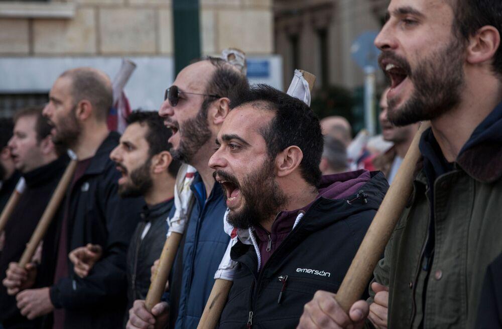 Participantes do protesto durante uma greve de 24 horas por trabalhadores do setor privado em uma rua de Atenas, Grécia