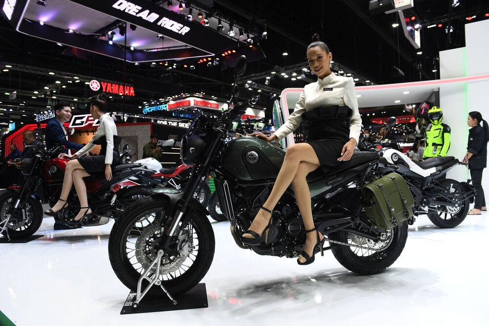 Modelo sentada na moto Benelli Leoncino 500 (2018), durante expo internacional em Bangkok, Tailândia, 29 de novembro de 2018