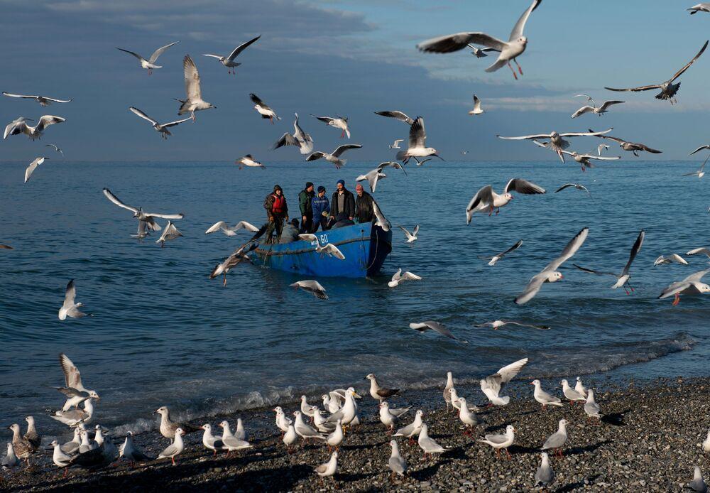 Pescadores retornam após pesca no mar Negro, em Sochi (Rússia)