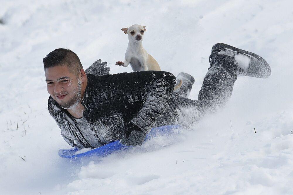 Jonny Mendoza e seu cachorro Subi descem uma montanha, Kansas, EUA