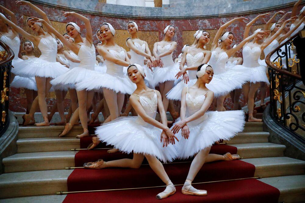 O Lago dos Cisnes, interpretado por bailarinas de Xangai (China) durante uma apresentação no Museu Bode, em Berlim